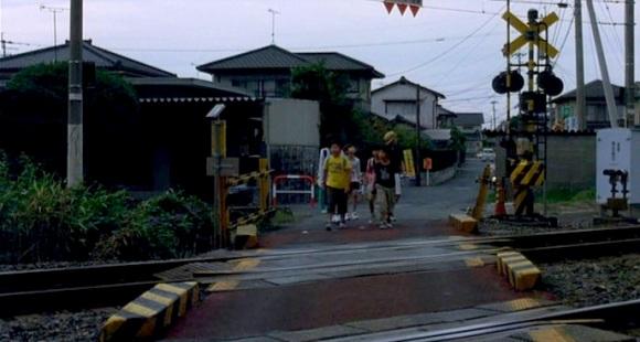 Cruzando un paso a nivel, buscando un sitio donde observar el cruce de trenes, se les hecha la noche encima.